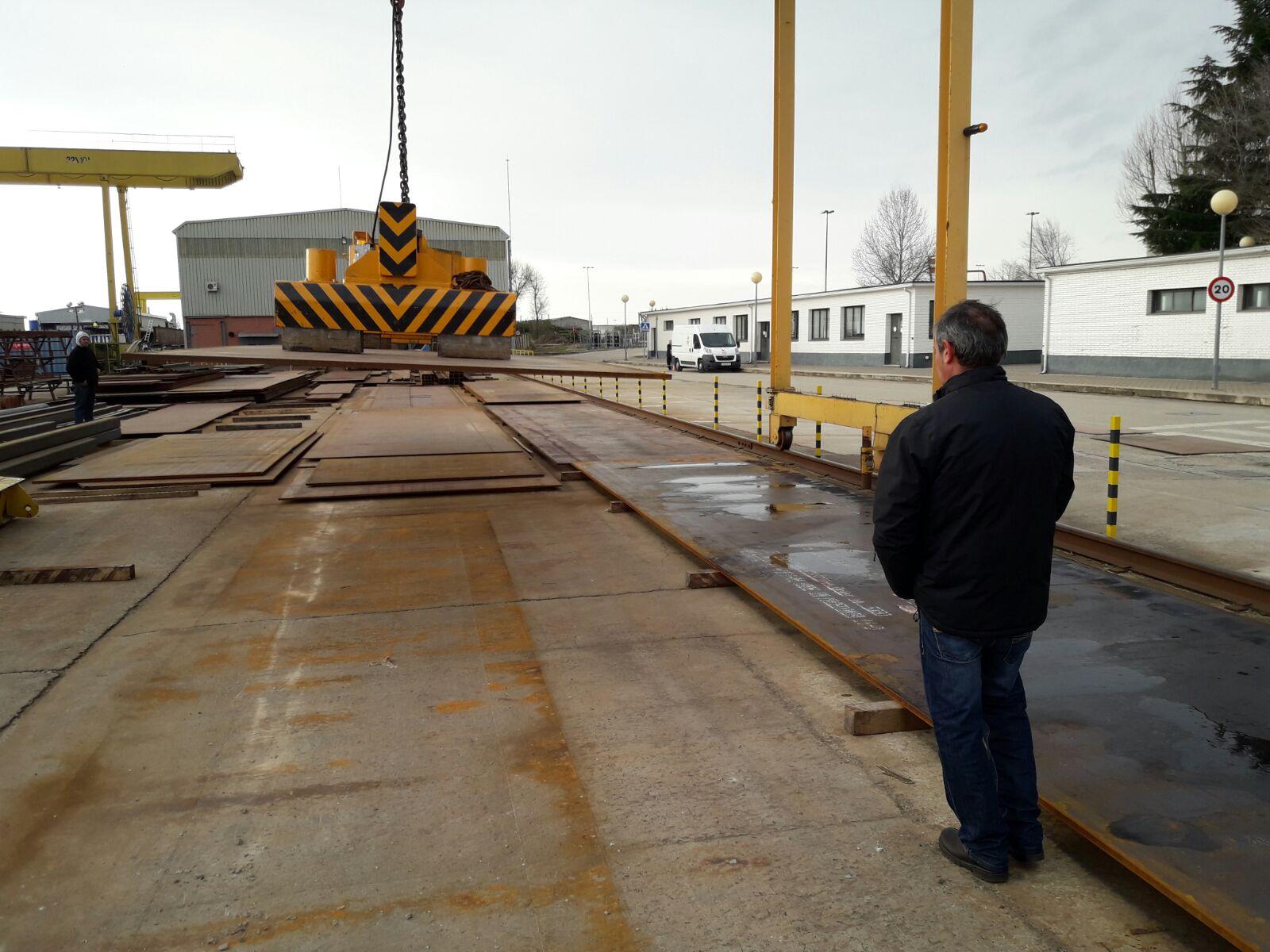 Levantando planchas en el curso de construcción de Grúas Puente