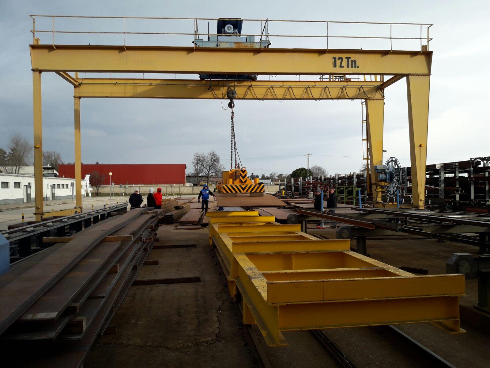Vista frontal del manejo de cargas con Grúas Puente