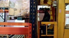 Estiba de carga en estantería con carretilla Combi-Trilateral